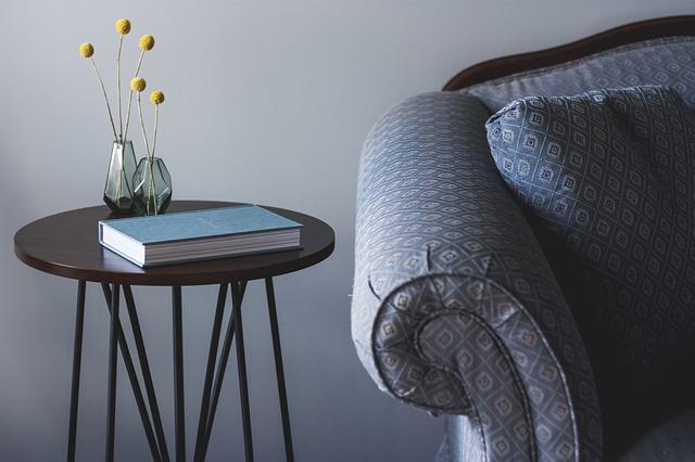 stolek, kniha, roh sedačky