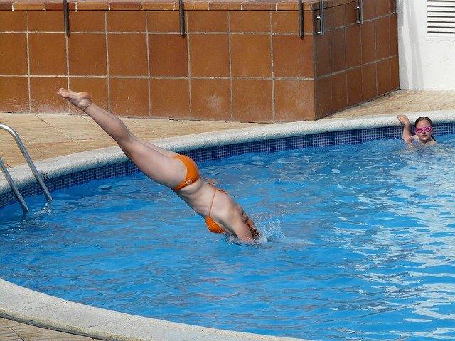 žena skáče šipku