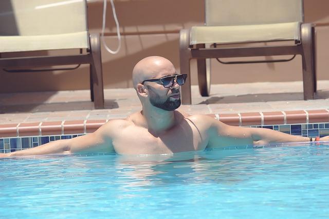 vousáč v bazénu