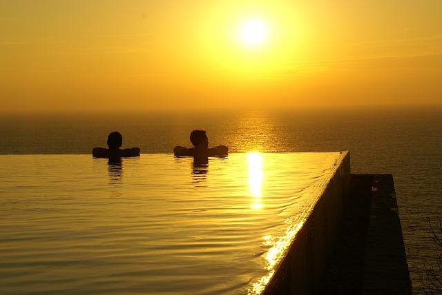 západ slunce a bazén