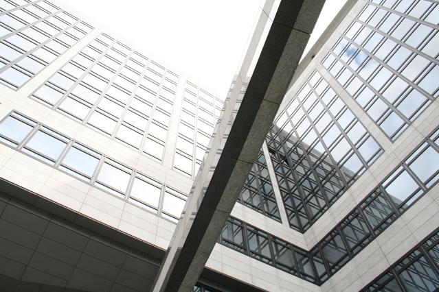 Obrovská banka s prosklenými okny, pohled zespodu nahoru