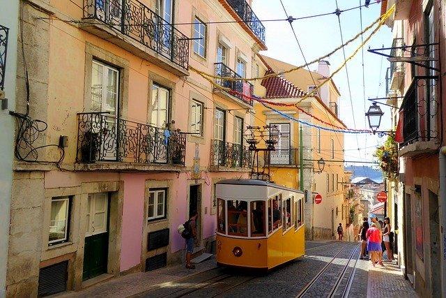 malebná ulička Lisabonu.jpg