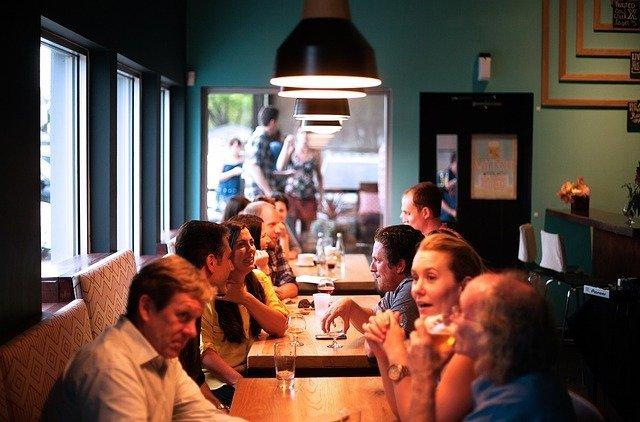 Lidé sedící v restauraci