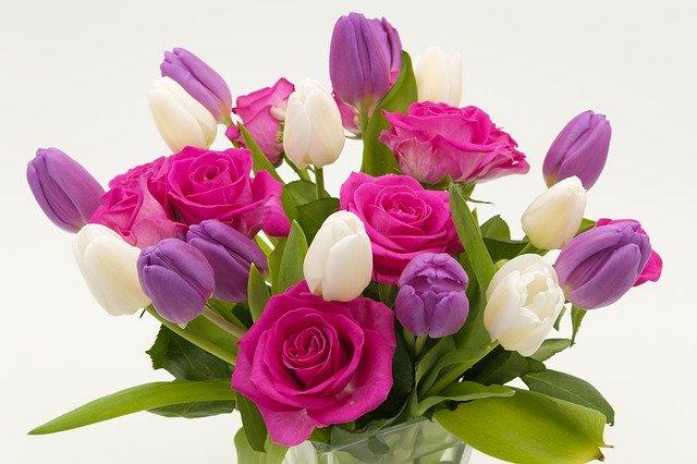 kytice různobarevných tulipánů a růží